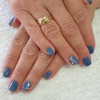 Un gris bleuté et une petite touche de strass 🥰 Pose de vernis semi-permanent 💅