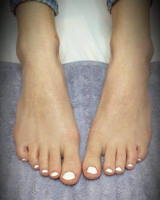 Les jolis petits pieds sont de sortie 🤍 Pose de vernis semi-permanent 💅