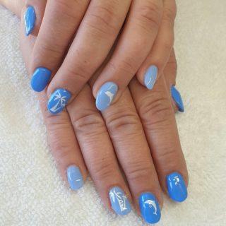 Deux jolis bleu, et une déco qui appelle le soleil 💙🌴 🐬  Et des pieds Rose pailleté 💗 Pose en Gel, technique Chablon et pose de vernis semi-permanent 💅
